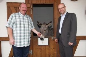 """Im Erlebnispark in Steinau mit Maskottchen """"Ina"""" und Parkleiter Theo Zwermann"""