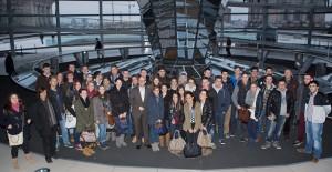Gruppenbild unter der Kuppel des Reichstagskuppel mit einer Schülergruppe aus dem Wahlkreis. Foto: Tobias Koch