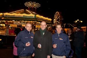 """Aktion auf dem Hanauer Weihnachtsmarkt: Das Team Tauber verteilte 2011 gemeinsam mit dem Abgeordneten """"Adventskalender für die Tasche""""."""