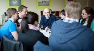 In Gelnhausen im Gespräch mit jungen Menschen. Foto: Tobias Koch