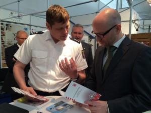 Kriminalbeamter Markus Wortmann und Peter Tauber im Gespräch über Sicherheit im Netz