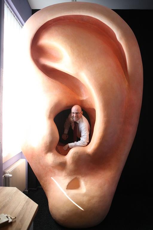 Alternativ_Peter Tauber im begehbaren Ohr, Foto: Tobias Koch
