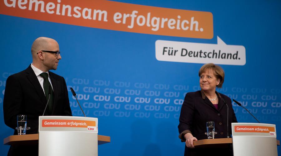 Auf der Bühne im Konrad-Adenauer-Haus gemeinsam mit der Bundeskanzlerin der Bundesrepublik Deutschland, Dr. Angela Merkel, bei einem Statement am Sonntagabend. Foto: Tobias Koch