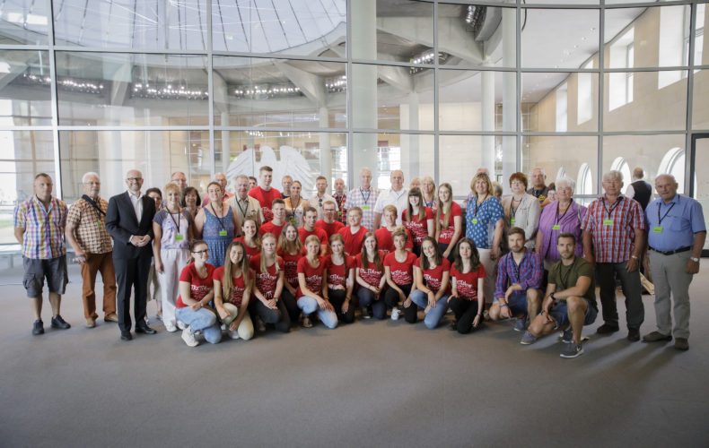 Tauber begrüßt Besuchergruppe aus seinem Wahlkreis in Berlin